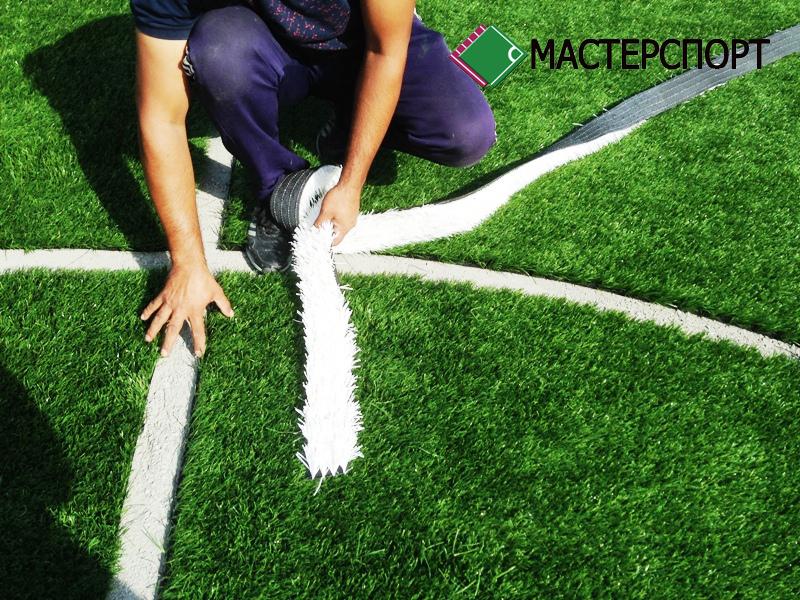 Укладка искусственной травы белого цвета